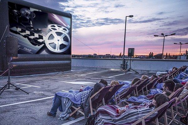 """Kino pod chmurką - pokaz filmu """"O północy w Paryżu"""""""