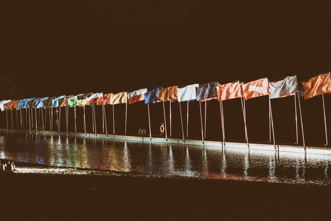 sto flag na Placu Solidarności