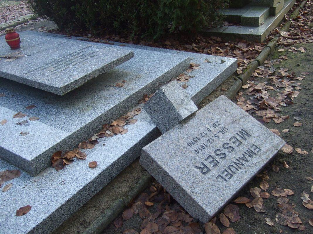 Cmentarz Centralny zniszczone nagrobki