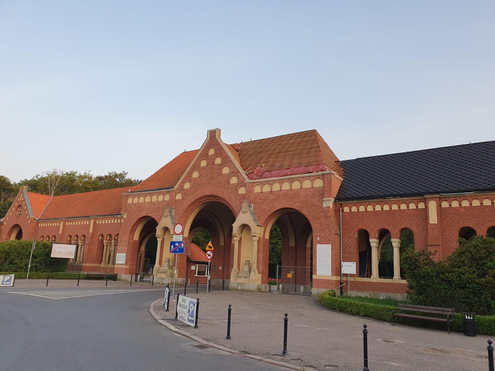 dachówka brama główna Cmentarz Centralny