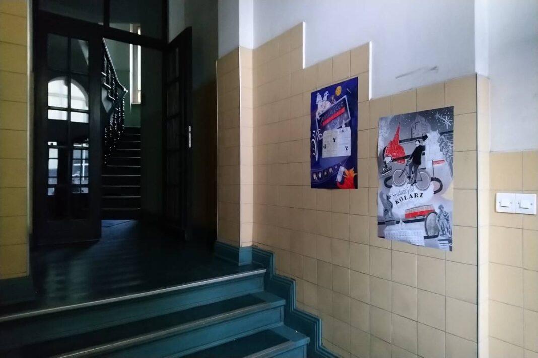 ilustrowane plakaty w śródmiejskich kamienicach Szczecina 2020