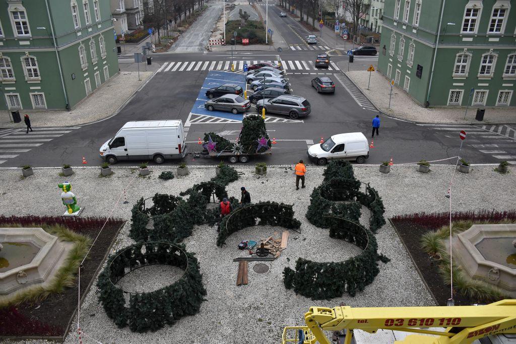 instalacja 12-metrowej choinki przed Urzędem Miasta w Szczecinie 2020