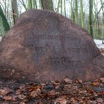 Odnaleziono w lesie zaginiony granitowy głaz pomnikowy