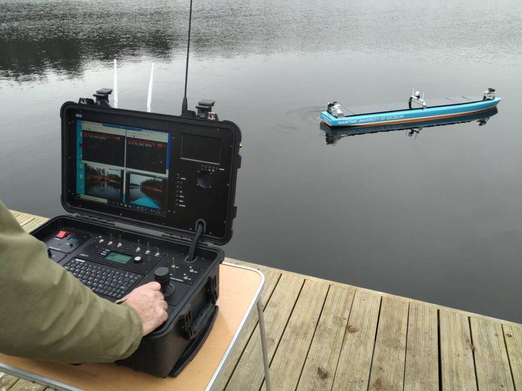 Pozytywny test modelu statku autonomicznego AMS na wodzie
