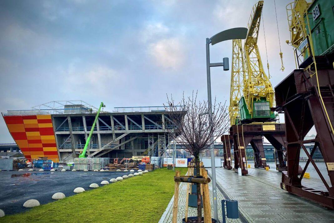 Zdemontowano dźwigi na budowie Morskiego Centrum Nauki