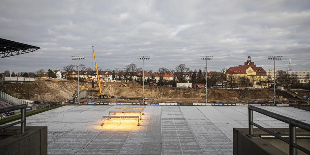 wymiana murawy na stadionie