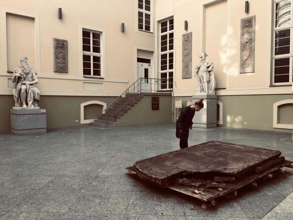 Barokowa płyta nagrobna na dziedzińcu Muzeum Tradycji Regionalnych
