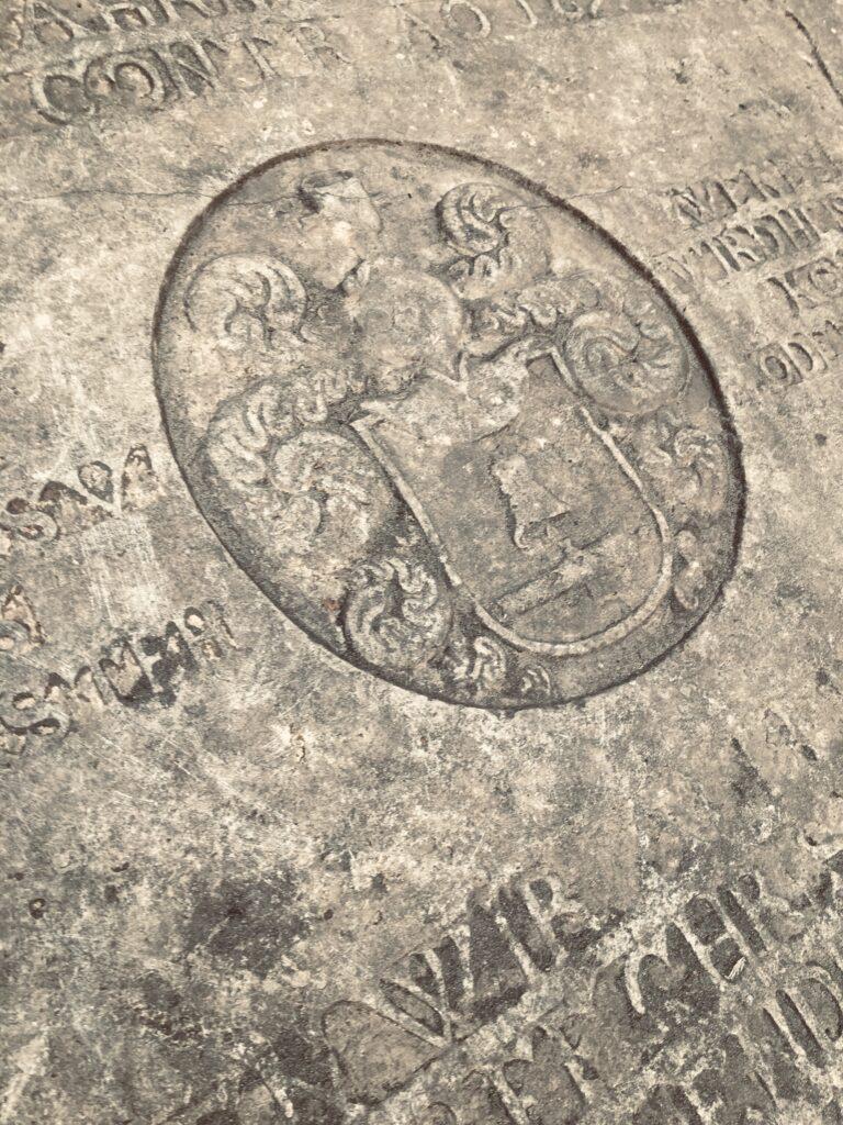 Barokowa płyta nagrobna nadziedzińcu Muzeum Tradycji Regionalnych