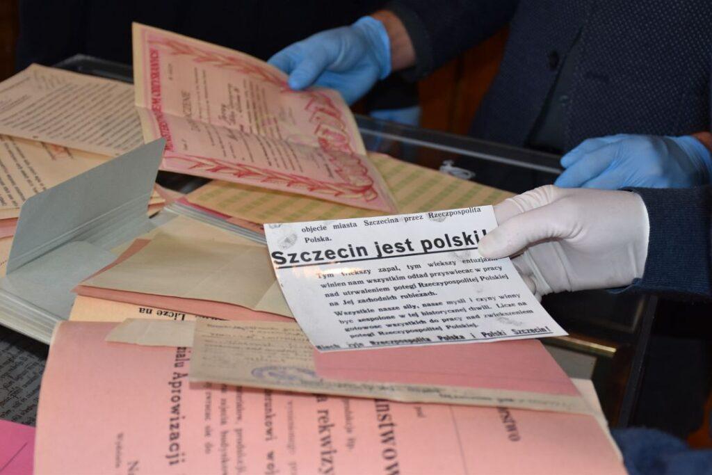 Archiwalne dokumenty odkryte wUrzędzie Miasta wrękach ekspertów