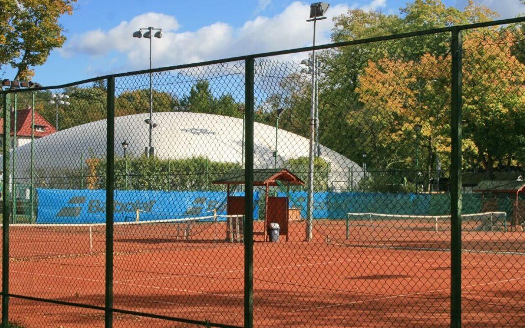 wizja lokalna w sprawie modernizacji kortów tenisowych