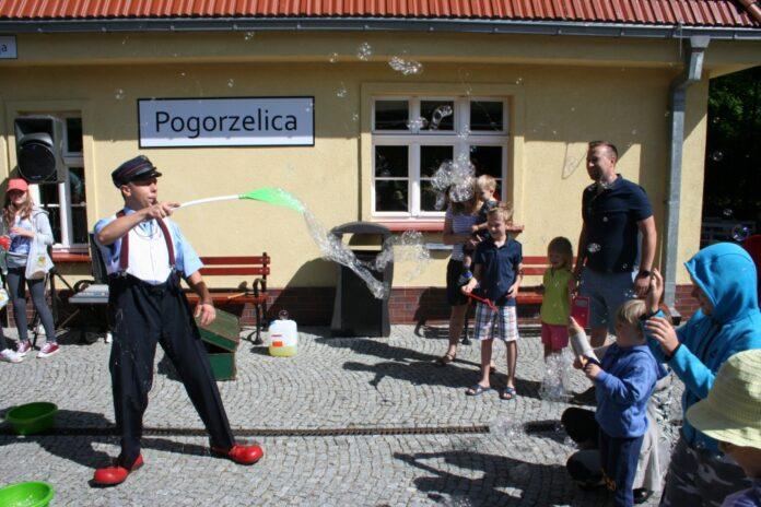 Wesoły Konduktor na peronach w Trzęsaczu i Pogorzelicy